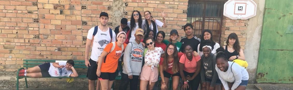Los chicos y chicas del Campamento de Aventura 2000 se divierten aprendiendo y visitando España